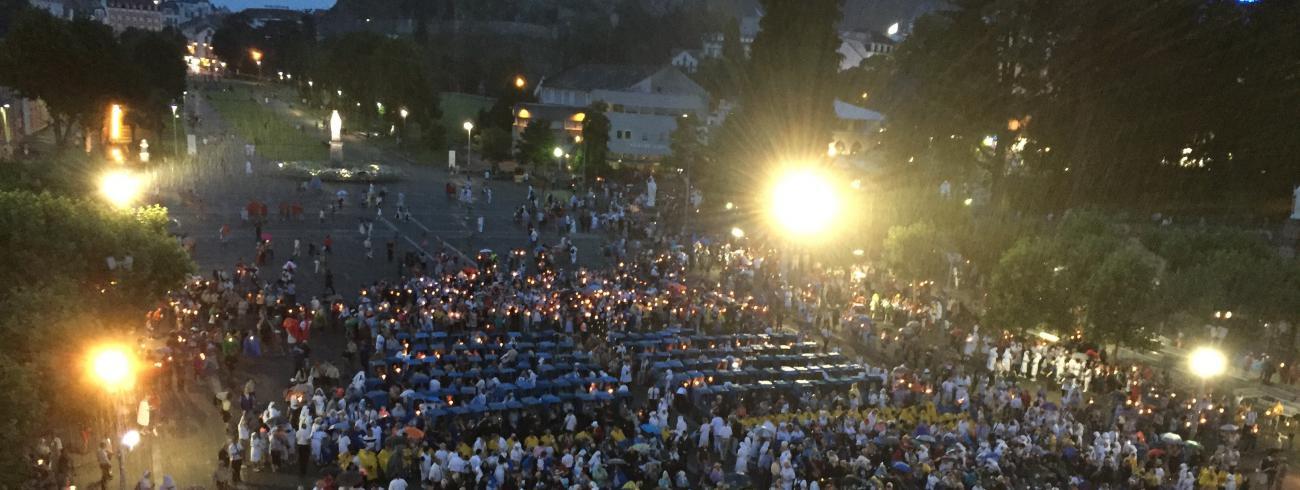Lourdesbedevaart: wat een indrukwekkend zicht tijdens de openluchtviering!