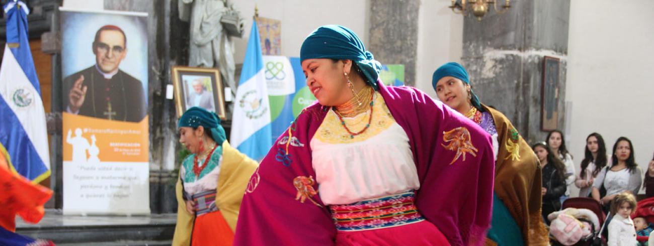 De onafhankelijkheidsdagen van elk land worden in de kerk gevierd met muziek, dans,  typische kledij en een traditionele maaltijd.  © Entraide et Fraternité