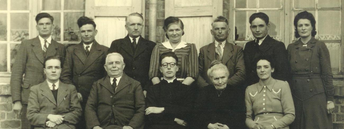 Cyriel Moeyaert bij zijn priesterwijding op 8 april 1945 (in het midden op de onderste rij)