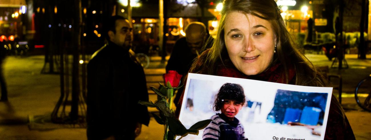 Babs Mertens tijdens een actie die het onophoudelijke geweld in het Syrische conflict aanklaagt. © Sven De Blende
