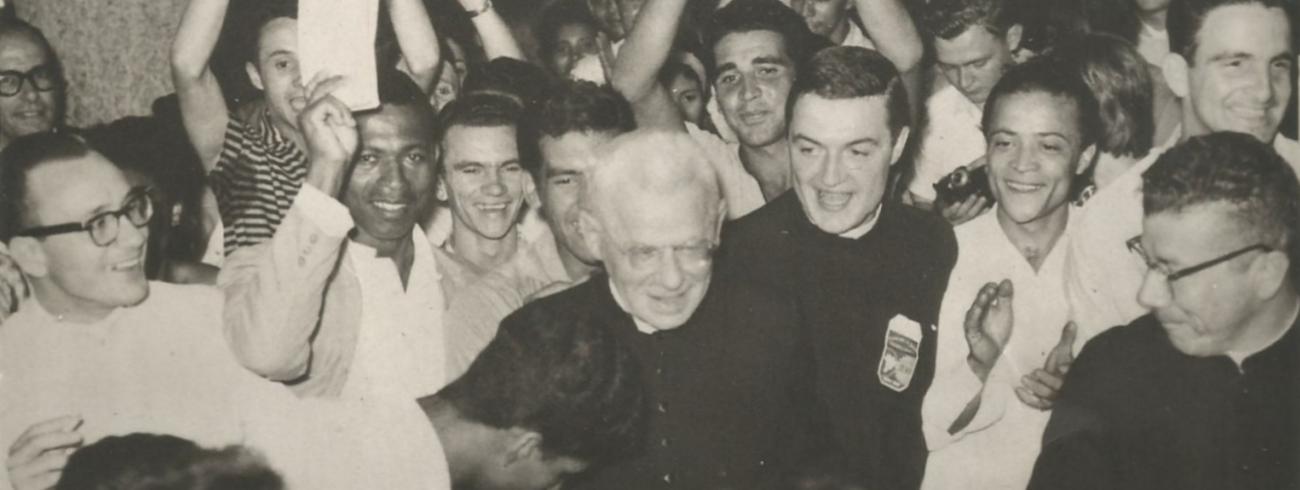 Jozef Cardijn wordt door een grote menigte onthaald in Argentinië in 1955. © Australian Cardijn Institute