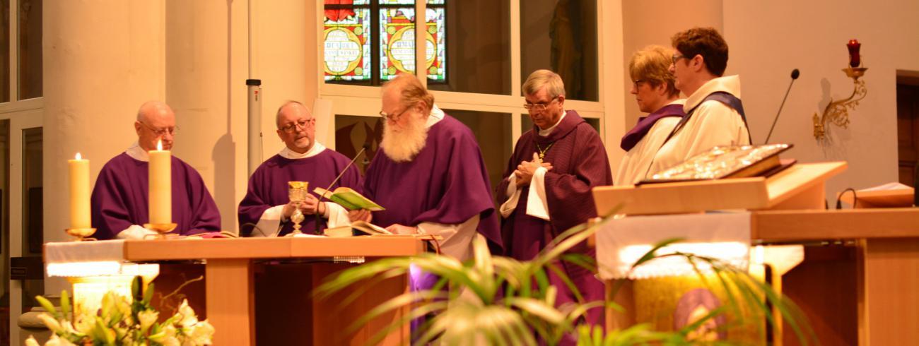 Paul Stappaerts, pater Nicolaas, pater Adriaan, mgr. Bonny, Caroline Decanniere en Christa Damen © Parochie Sint-Martinus Retie