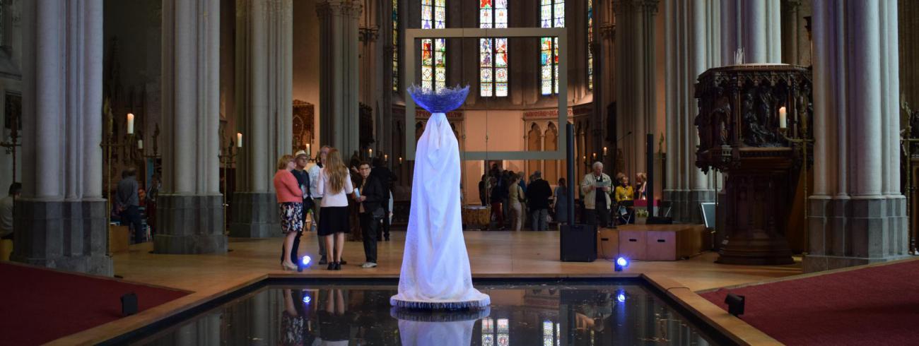 Agora, Het kerkgebouw als feminien weefsel van zingeving