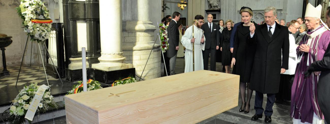 Het koningspaar brengt hulde aan de overleden kardinaal. © Hellen Mardaga