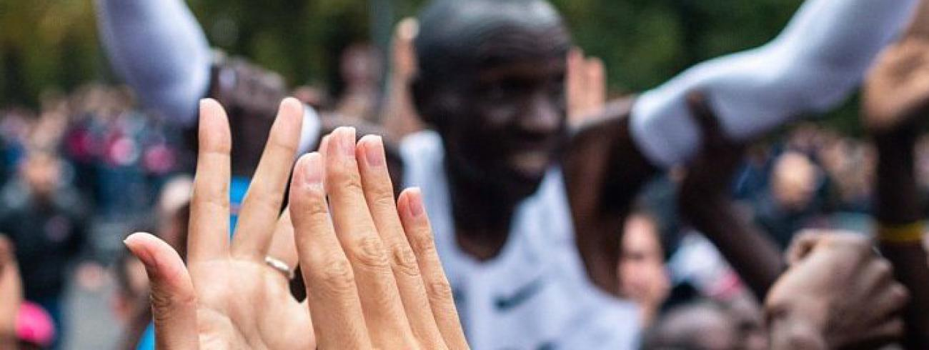 Eliud Kipchoge verbreekt het wereldrecord op de marathon met 1:59. © Twitter