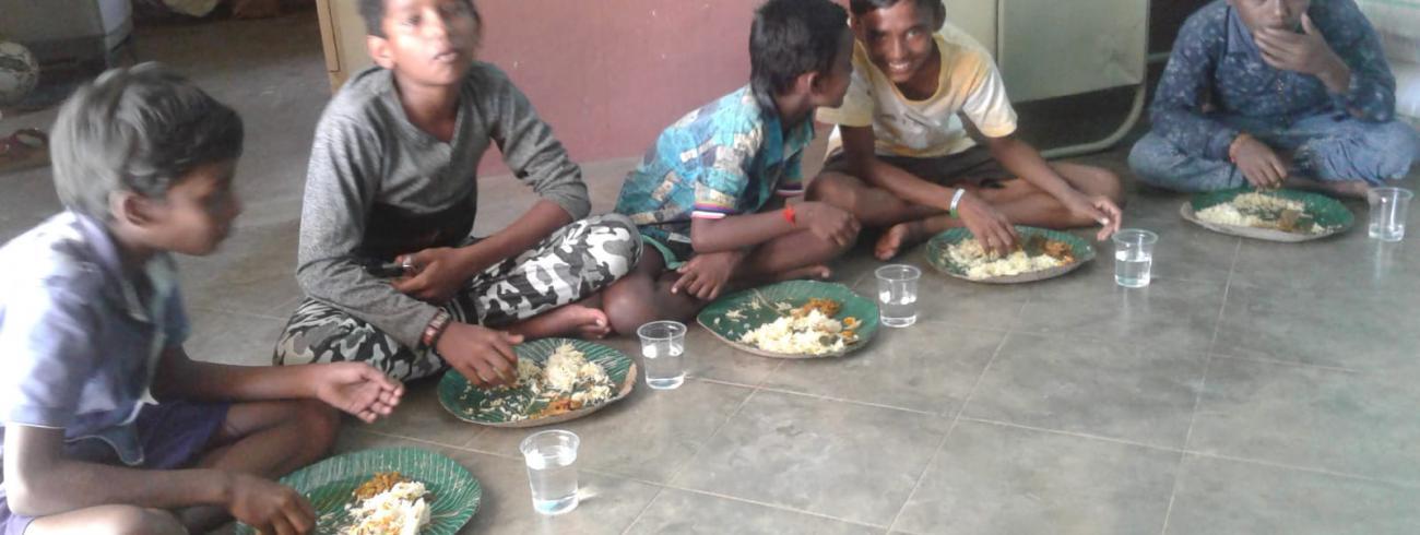 Een (zeldzame) voedzame maaltijd is voor deze kinderen een echt feest. © Marina Van Der Hoeven