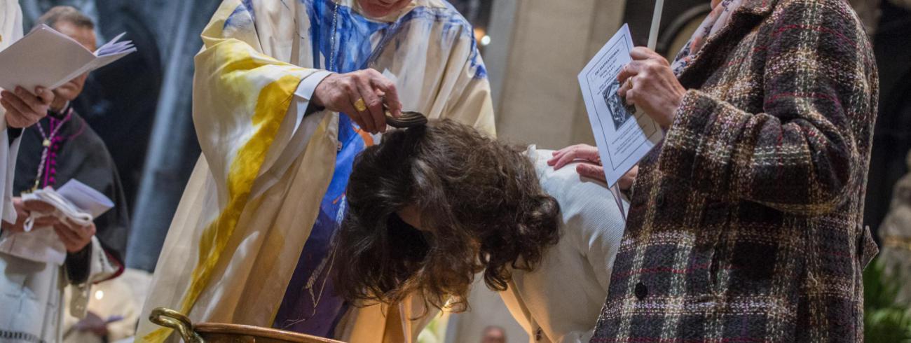 Doopsel van een catechumeen in de Sint-Baafskathedraal tijdens de paaswake voor Pasen in 2017 © Bisdom Gent/Frank Bahnmüller