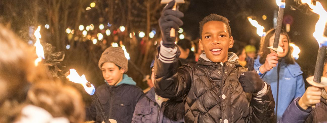 Ruim 1.000 jongeren nemen deel aan fakkeltocht door Bilzen bij de start van de advent 2018. © Rudi Van Beek
