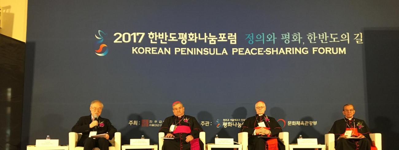 Gespreksleider  Thomas Han en Mgr Carlos Garfias, kardinaal Scherer en kardinaal Rosa © Bisdom Gent