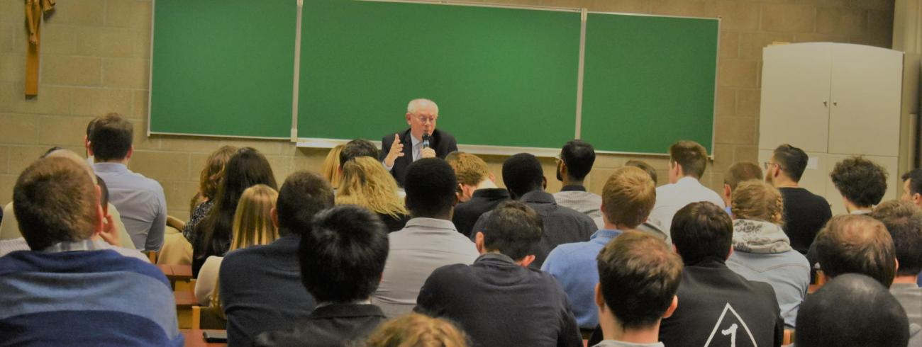 Herman Van Rompuy in gesprek met jongeren  © Johannes 23 seminarie