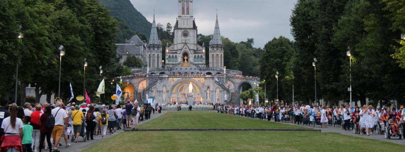 Kaarsenprocessie esplanade Lourdes © Bedevaarten Bisdom Gent - Marc Vandersmissen