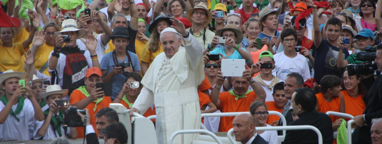 Paus Franciscus heet de misdienaars welkom.