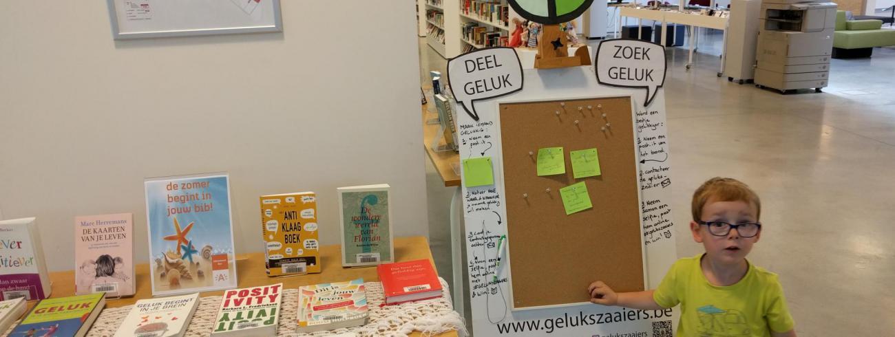 De Gelukzaaiers testen hun app offline in de bibliotheek van Wilrijk. © Thijs Van den Brande