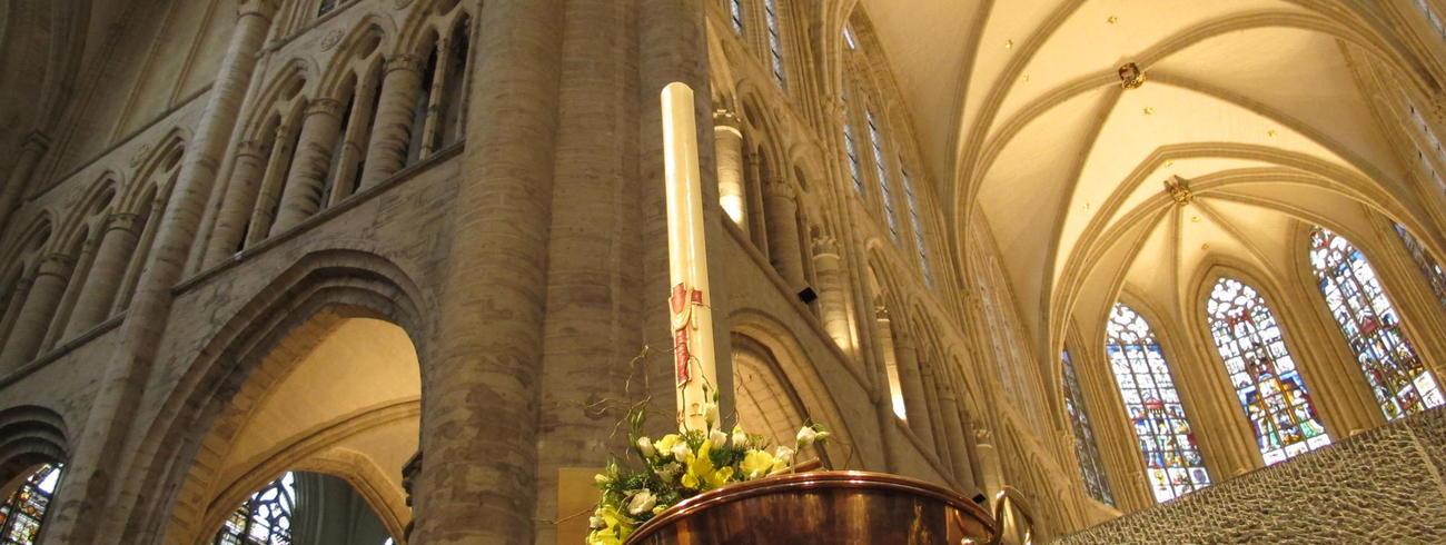 foto kathedraal en paaskaars