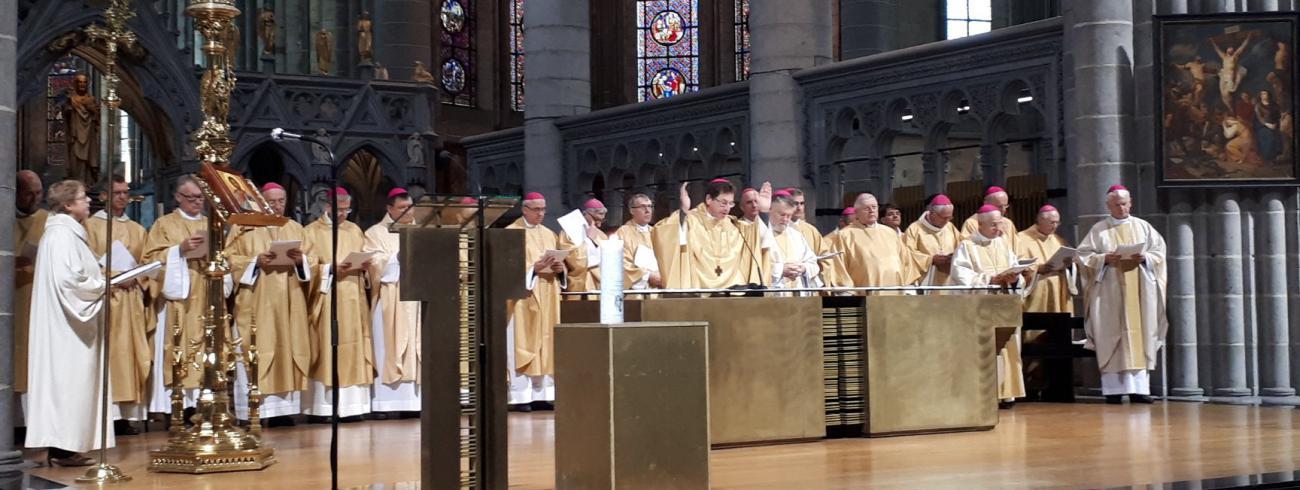 De Brugse bisschop Lode Aerts en de Brusselse hulpbisschop Jean Kockerols samen hun confraters van de EU tijdens het vredesgebed in Ieper © Comece/Stad Ieper