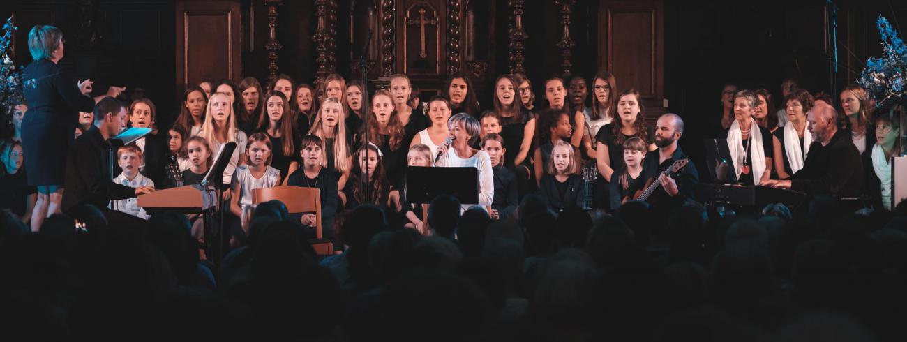 Ingeborg zingt samen met het koor van de Evolutie en het Fioretti-koor © Willem Rosiers