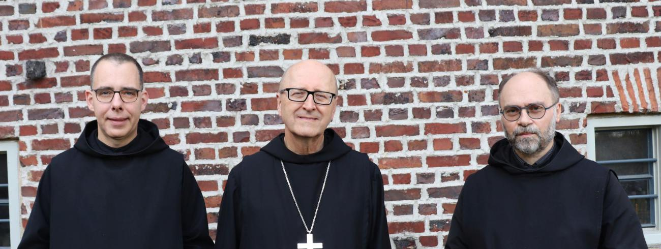 Dom Gregory Polan, de abt-primaat van de benedictijnen, ontving een beeld van de Sedes Sapientiae © Abdij Keizersberg