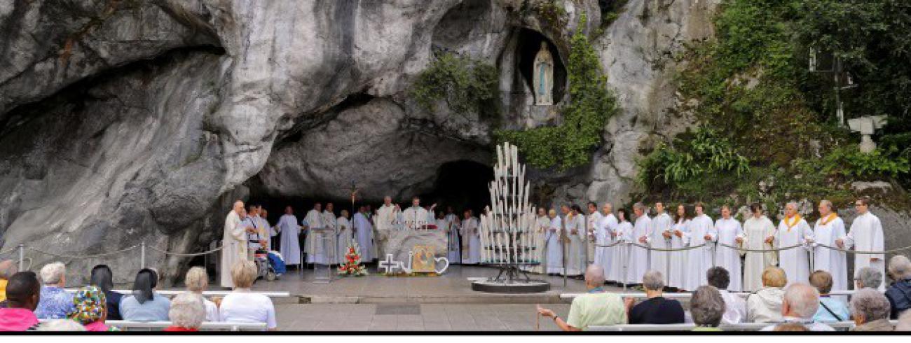 Aan de grot in Lourdes. © Durant