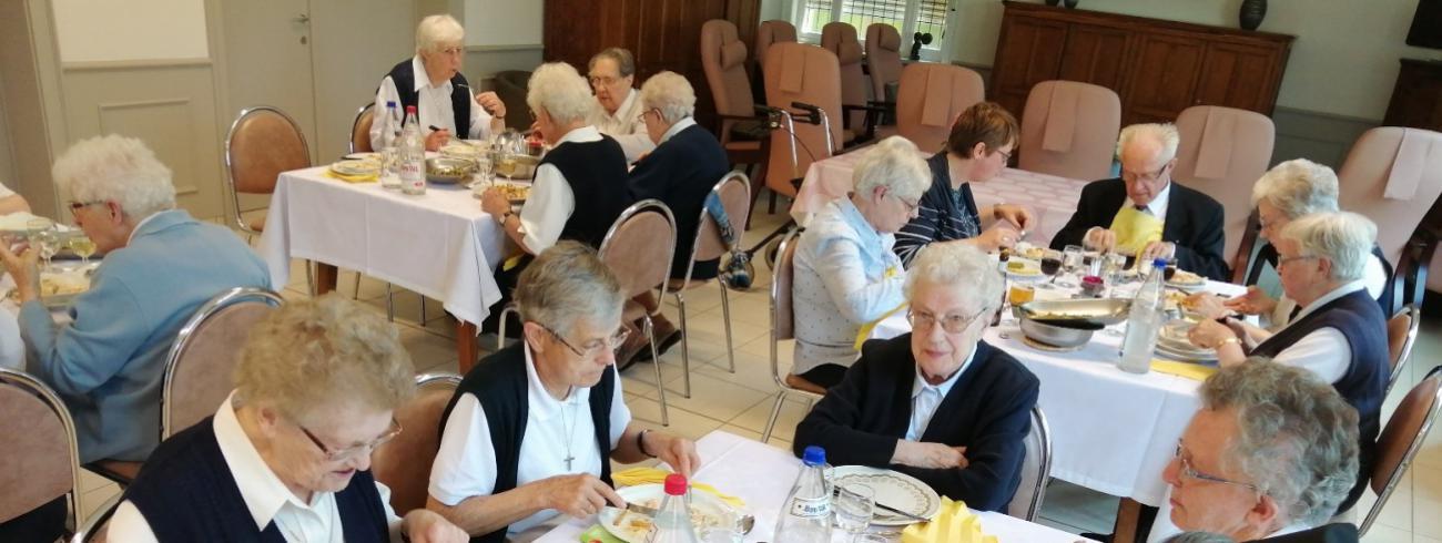 De Zusters van Liefde in Heule na de inzegening van de nieuwe huiskapel op de Stichtingsverjaardag