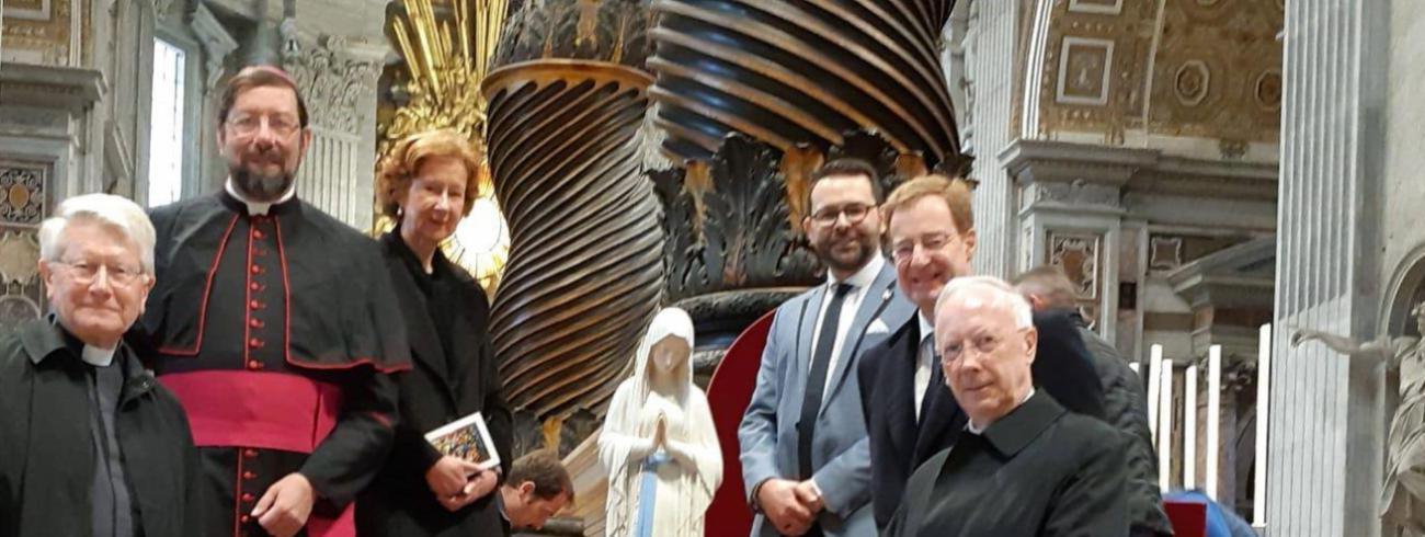 Vlnr: rector Belgisch College Dirk Smet, bisschop Jean-Pierre Delville, gravin Catherine de Renesse, ceremoniaris van Banneux Fabian Delarbre, Belgisch ambassadeur van de Heilige Stoel en graaf John Cornet d'Elzius, en broeder René Stockman.