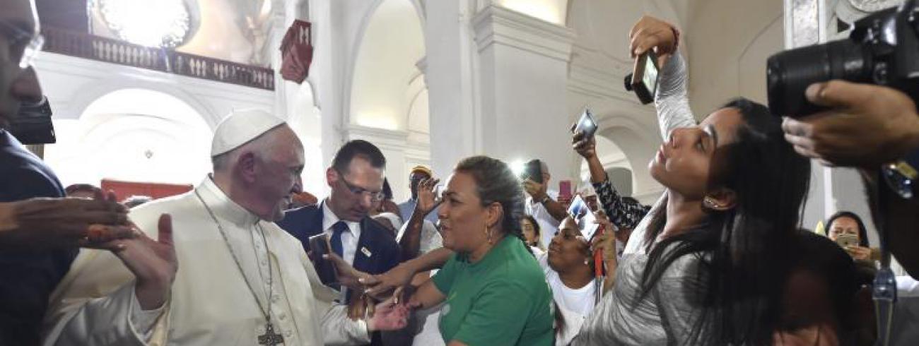 Paus Franciscus ontmoet Colombiaanse gelovigen © SIR