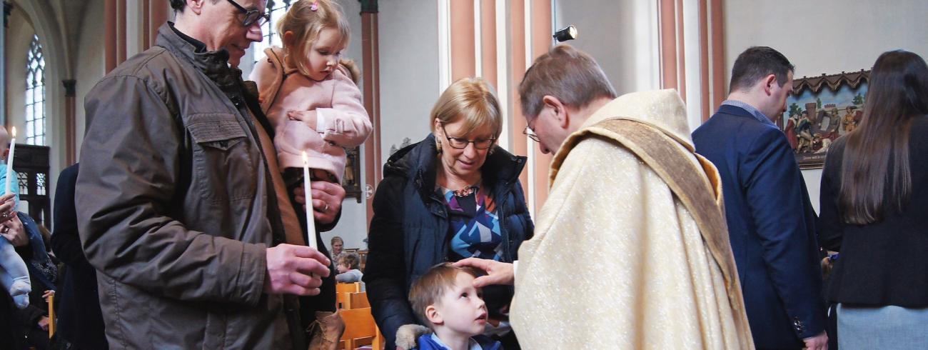 Een kaars voor Maria en een zegenend kruisje voor ieder kind. Hier in de parochiekerk van de Heilige Kruisverheffing en Sint-Jozef in Brugge, in 2017. © Johan Hillewaert