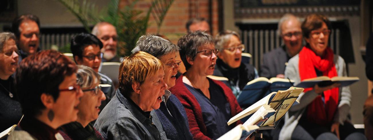 Sedert de start van het nieuwe jaar repeteren de koorleden elke maandag in de Sint-Gilliskerk.  © Violet Corbett Brock