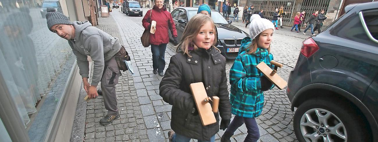 Als de kerkklokken weg zijn, trekken in Peer kinderen met een klepper rond. © Mine Dalemans