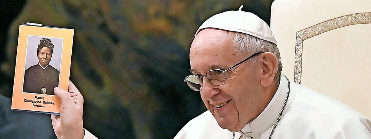 Paus Franciscus toont een foto van Bakhita, een van zijn lievelingsheiligen. © Belga Image