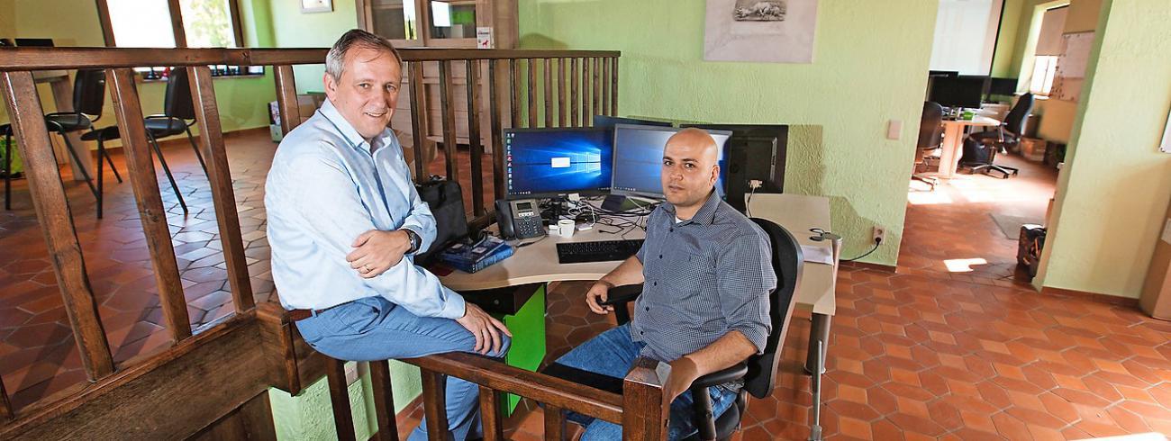 Mohammed Alsiadi (rechts) aan de slag in het bedrijf van Patrick Meuwissen (links). © Mine Dalemans