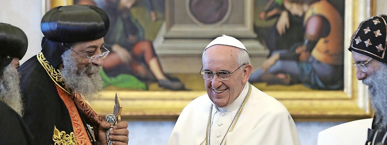 De paus en zijn koptische collega Tawadros kunnen het goed met elkaar vinden.  © Belga Image