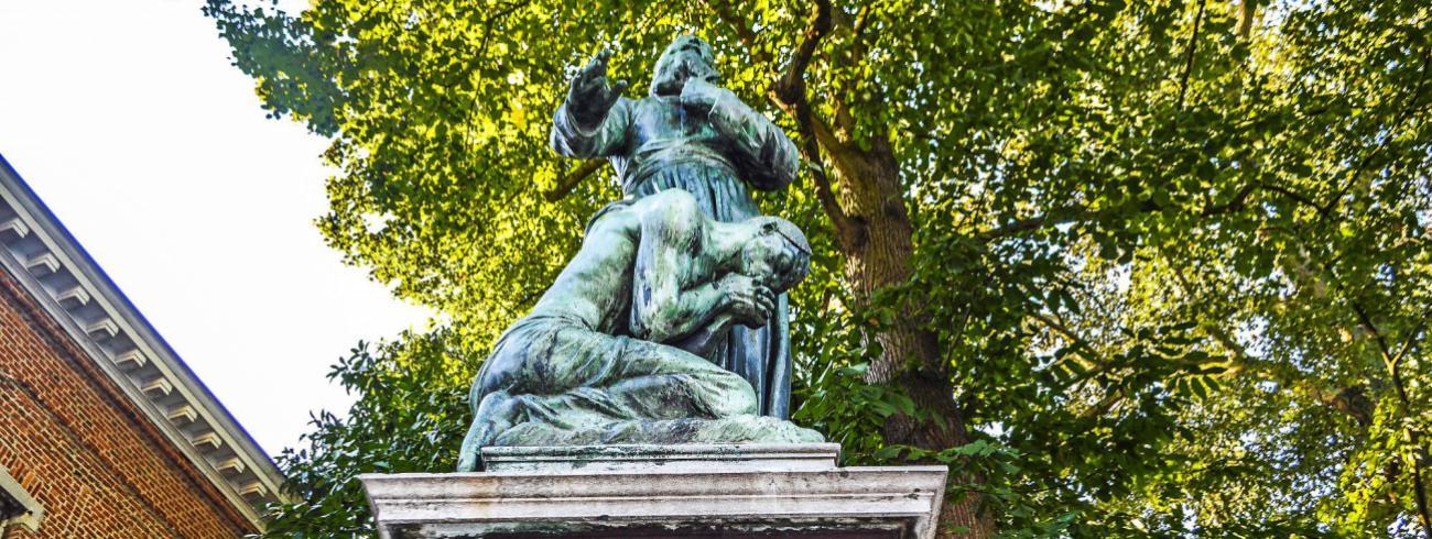 Het standbeeld in Wilrijk voor pater De Deken. Denigrerende voorstelling?