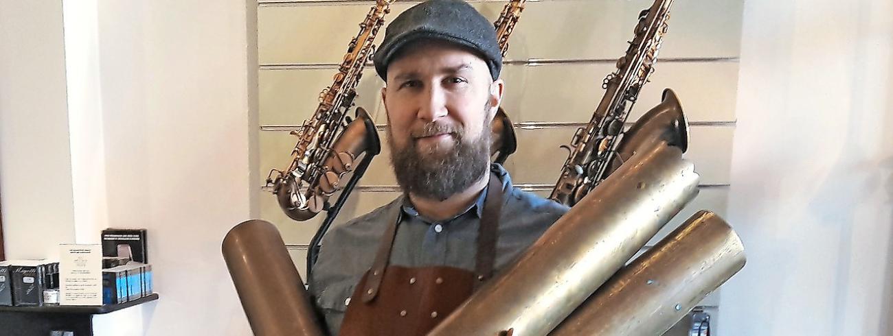 Karel Goetghebeur zoekt vooral grote granaathulzen om er alt- en tenorsaxofoons van te maken. © Karel Goetghebeur zoekt vooral grote granaathulzen om er alt- en tenorsaxofoons van te maken. © Adolphe Sax & Co
