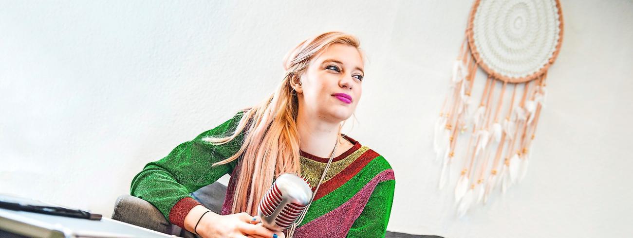 In stevig gitaarwerk en sopranenzang vertaalt Xenia Geysemans het verlangen naar verbondenheid. © © Frank Bahnmüller
