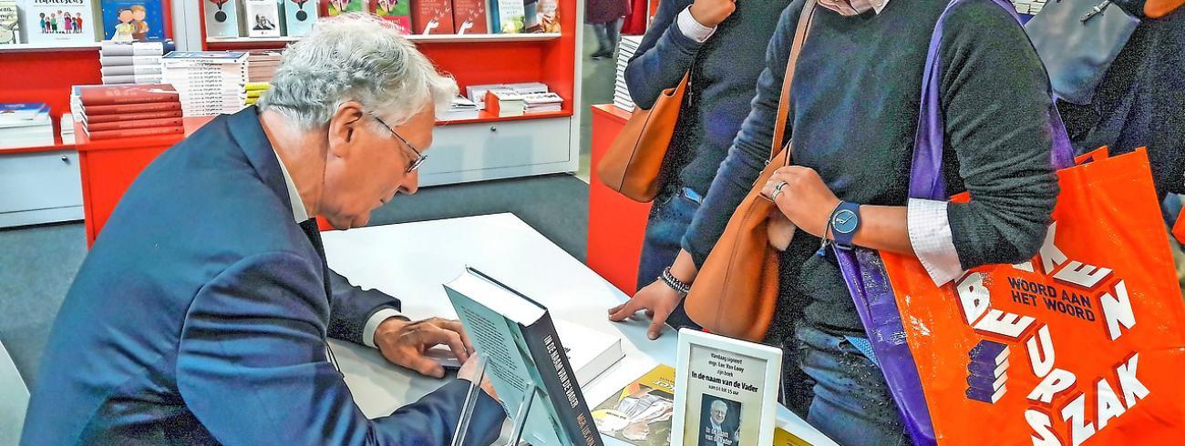 Vorig jaar signeerde mgr. Van Looy bij Halewijn en Averbode op de Boekenbeurs.  © © Halewijn