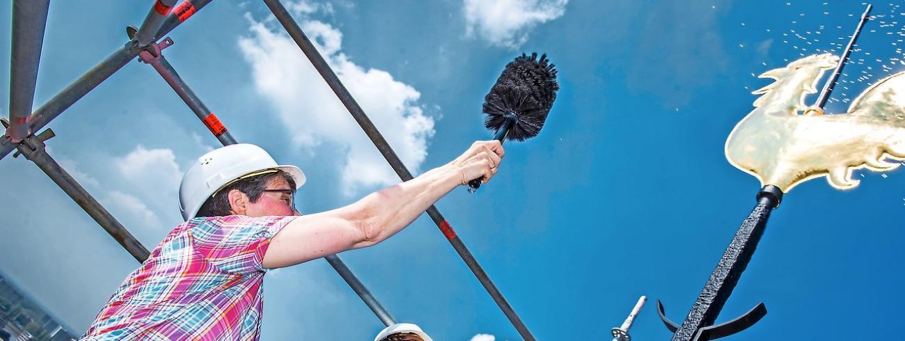 Vrouwen nemen almaar vaker taken op, zelfs het zegenen van een torenhaan.  © Frank Bahnmüller