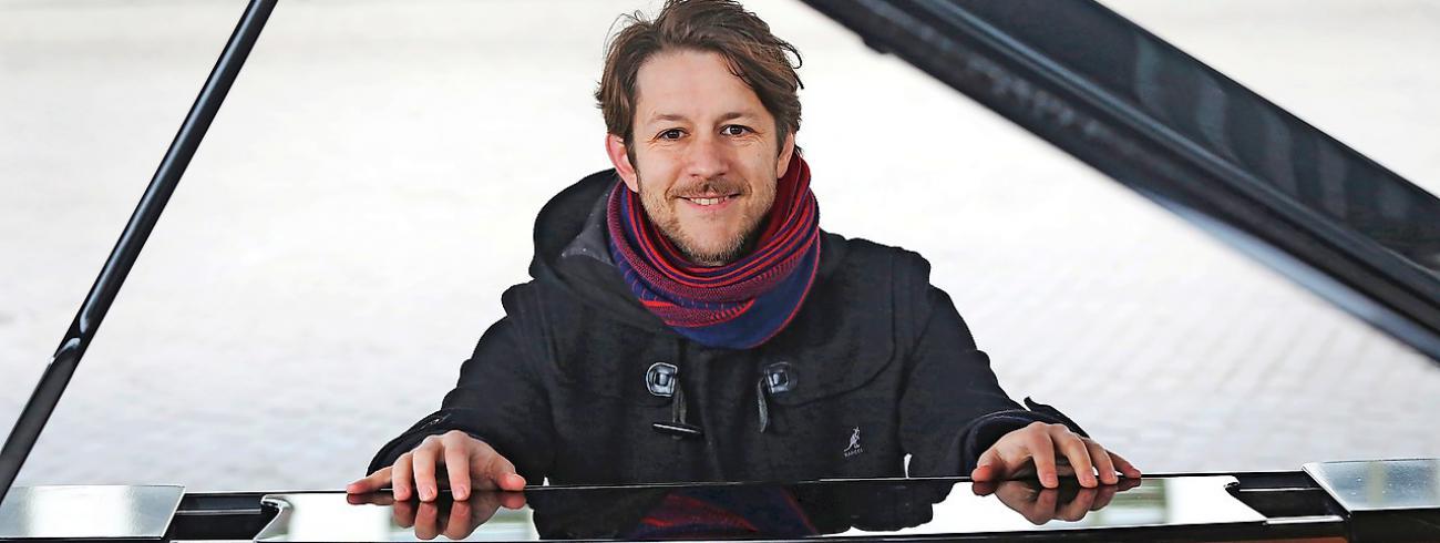 """Frederik Sioen: """"Liever dan met veel woorden reageer ik op wat me raakt door iets te organiseren.""""  © Kristof Ghyselinck"""