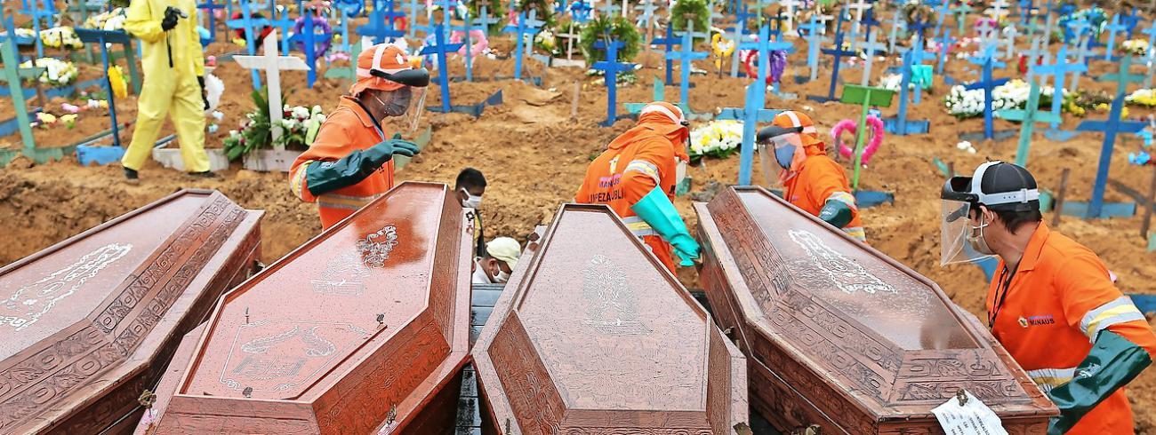 Coronadoden worden begraven in een massagraf in Manaus, in de Amazone. © Belga Image