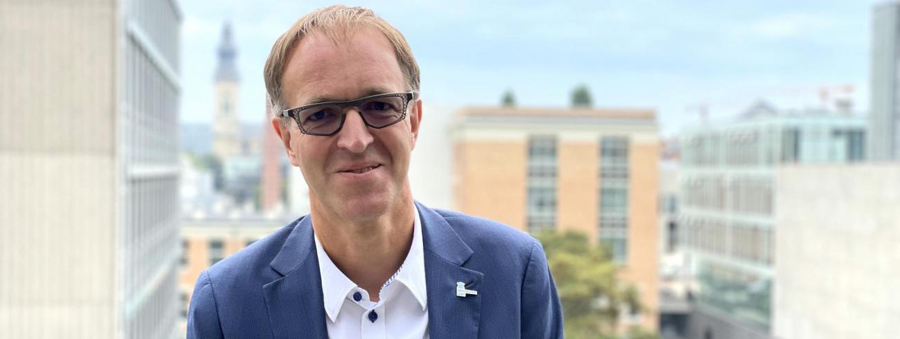 Rik Van de Walle, rector van UGent, las de hele Bijbel op enkele weken tijd en raadt iedereen aan hetzelfde te doen. © Lieve Wouters