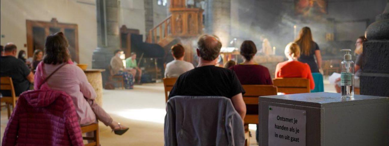 'Social distancing' in de liturgie © Sint-Michielsbeweging Kortrijk