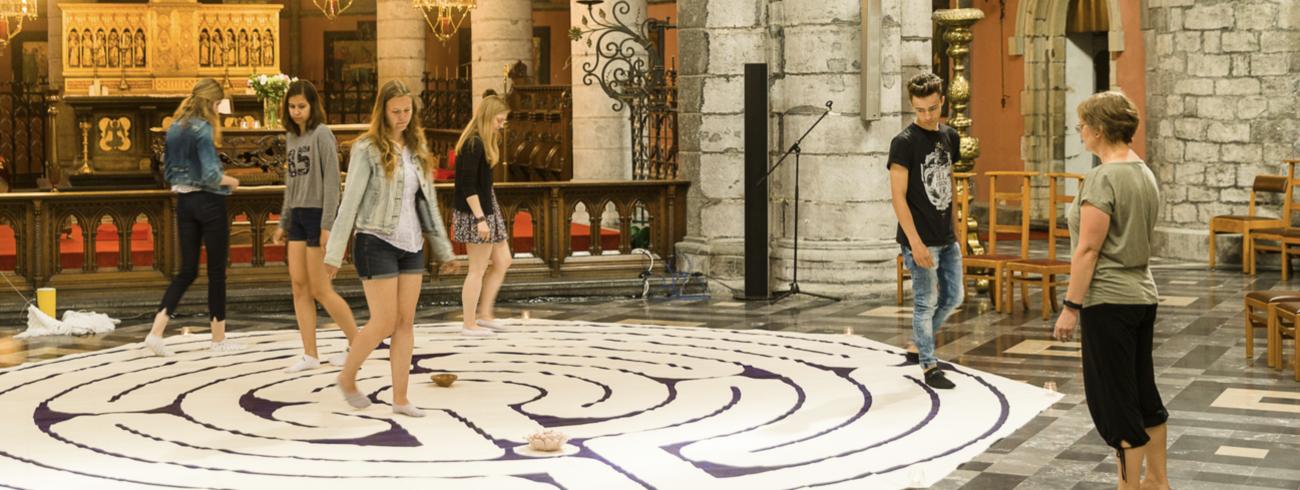 De leerlingen wandelen door een labyrint, naar het voorbeeld van wat in de kathedraal van Chartres ligt. © James Arthur