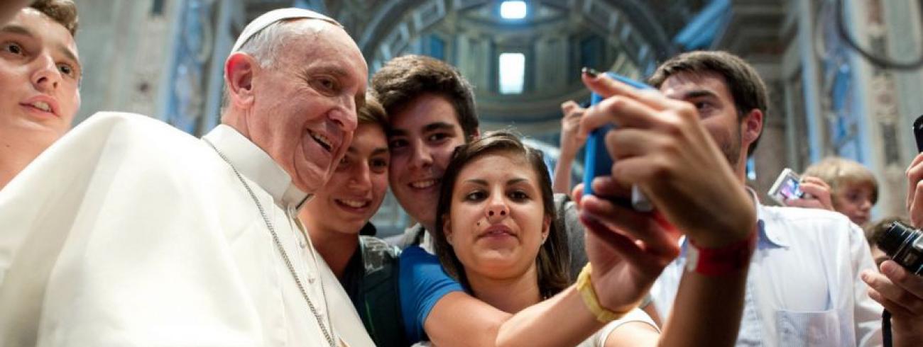 Ook paus Franciscus is inmiddels vertrouwd met de selfie © SIR