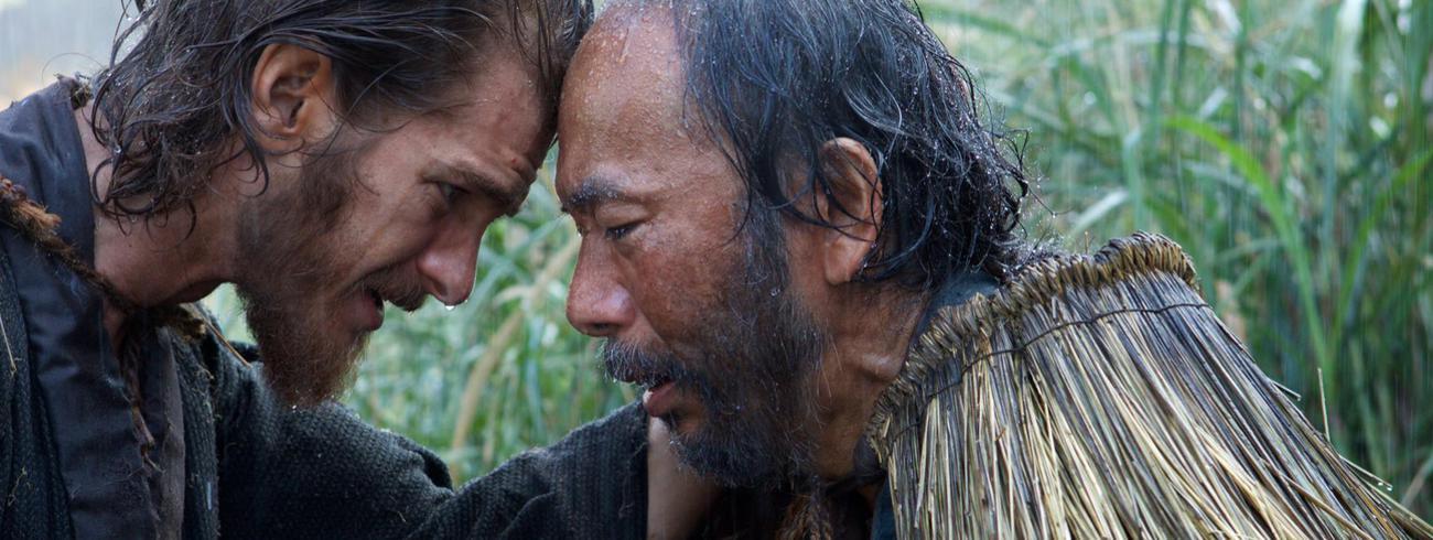 Scène uit de film 'Silence'. Pater Rodrigues bemoedigt een christen die marteling te wachten staat.  © Paradisio