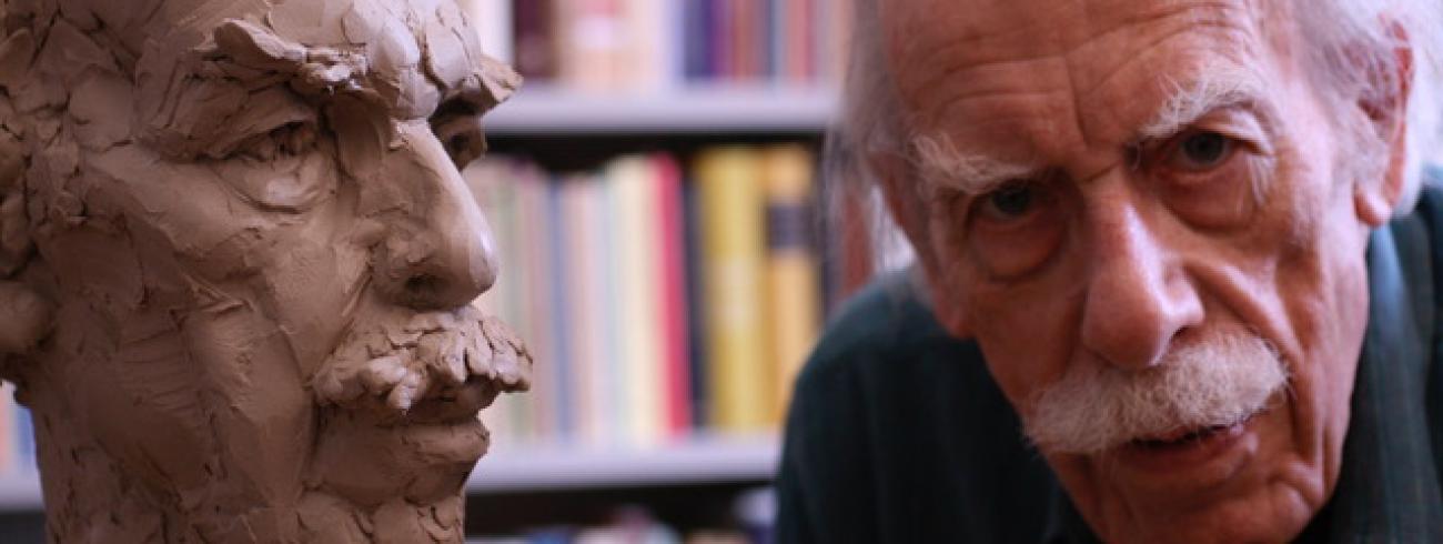 Willem Barnard bij een beeld van hem door Dennis Coenraad. © Renata Barnard