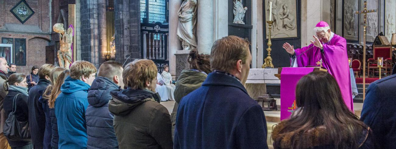 Zegen van huwelijkskandidaten in de Sint-Baafskathedraal in Gent © Bisdom Gent, foto: Frank Bahnmüller