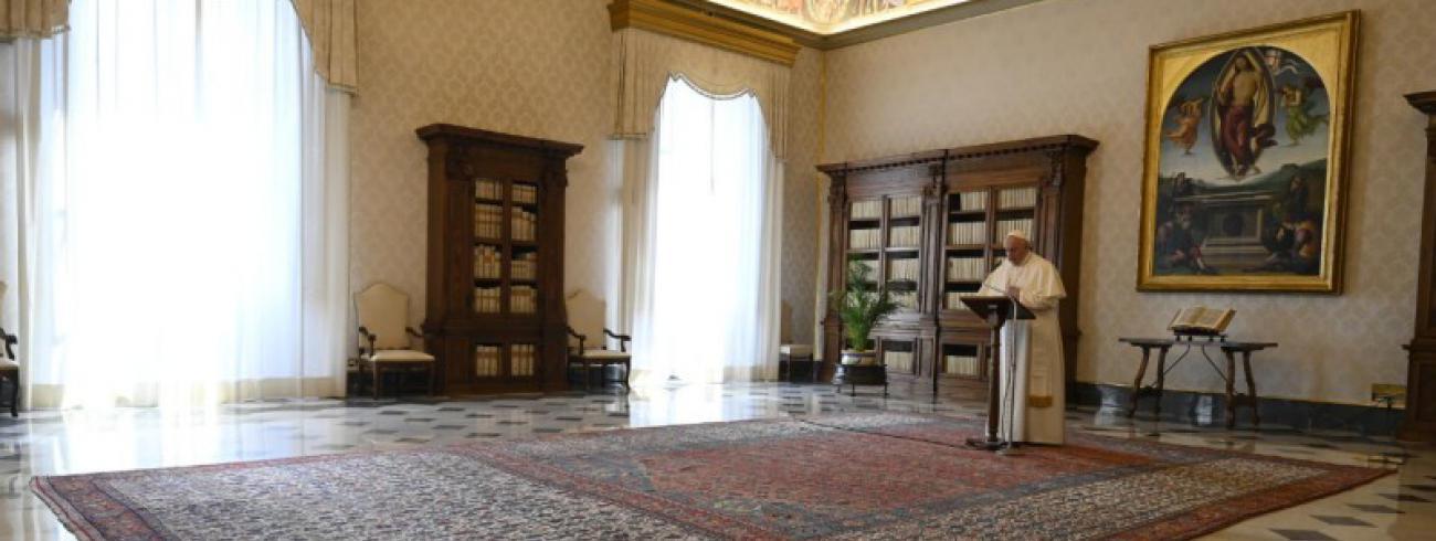 Paus Franciscus in de pauselijke bibliotheek © Vatican Media
