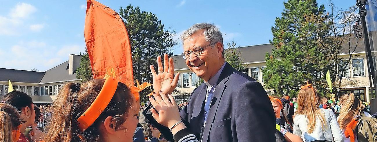 High five! Jong en oud enthousiasme op de vormelingendag in Lier op 30 maart. © Uit in Lier