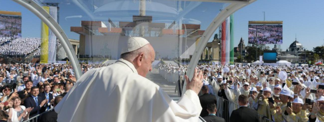 Paus Franciscus komt aan op het Heledenplein © Vatican Media