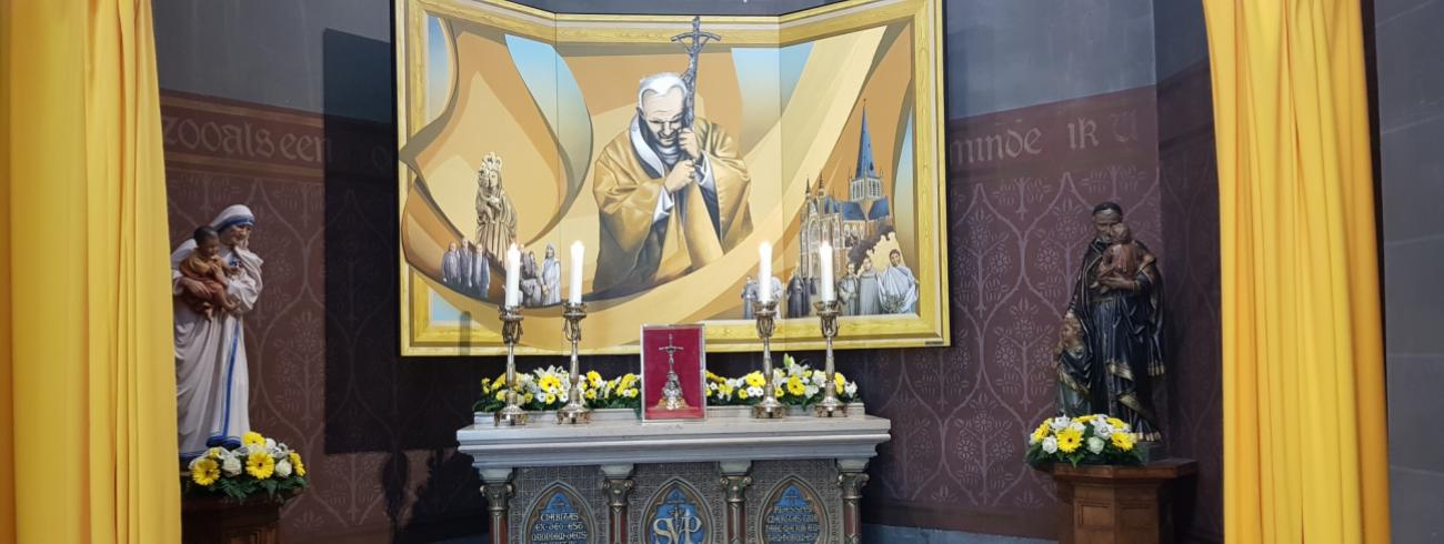 Het Joannes Paulus II-altaar in de zijkapel van de basiliek in Dadizele © Thierry Christiaens