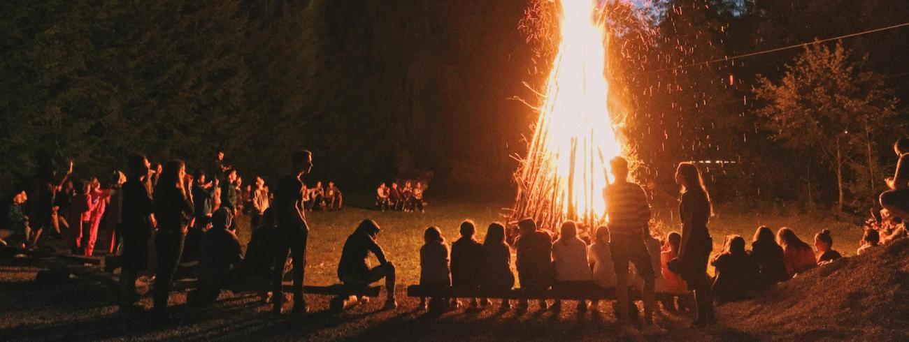Op het feest van Johannes De Doper wordt traditioneel een vreugdevuur ontstoken. © Georgiana Avram on Unsplash